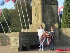 Ingetogen herdenking van Slag om Arnhem bij 'De Naald' bij Airborne Museum in Oosterbeek maakt indruk