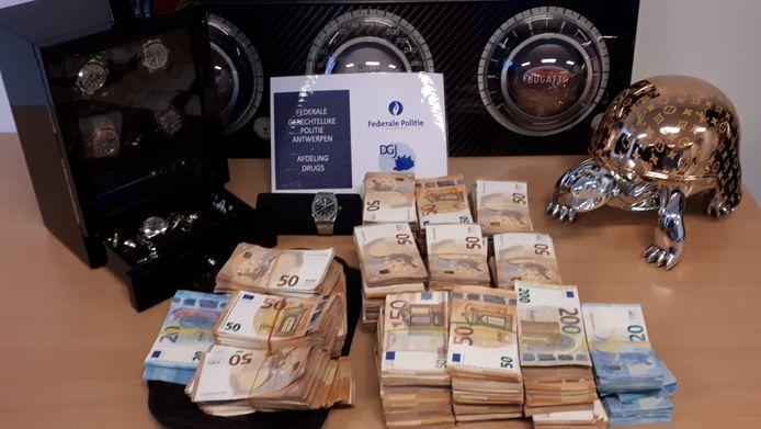 Er werd kunst en 300.000 euro cash in beslag genomen.