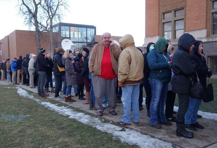 Trump-aanhangers staan in de rij om binnen te komen. Beeld null
