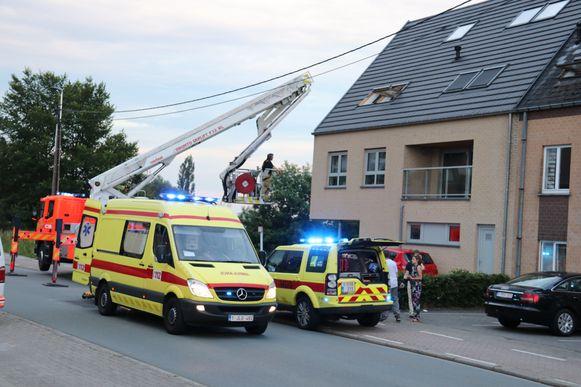 De brandweer haalde de man met de ladderwagen naar beneden.
