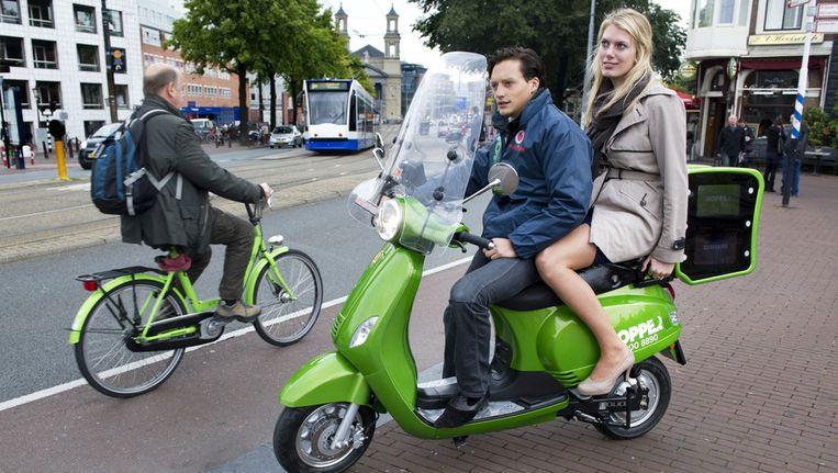 Amsterdamse forenzen kunnen naast de tram of de metro nu ook de scooter pakken. Beeld ANP