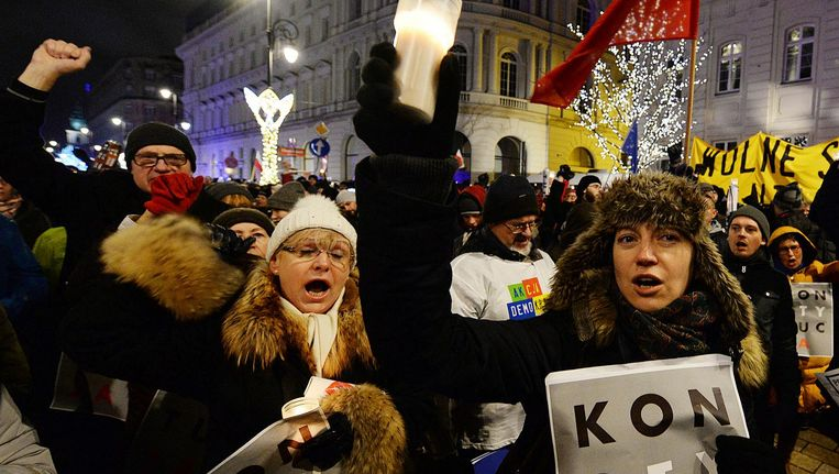 Duizenden Polen verzamelen zich in Warschau bij het Presidentieel Paleis om te demonstreren tegen de wetten. Beeld AP