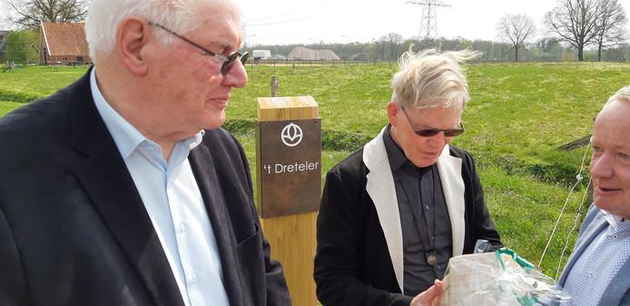 Jan Dreteler (links) en zijn neef Henny Bijkerk (midden) krijgen van Emiel Vermaas een presentje bij de opening van een van de drie uitstrooivelden van Crematoria Twente in Borne