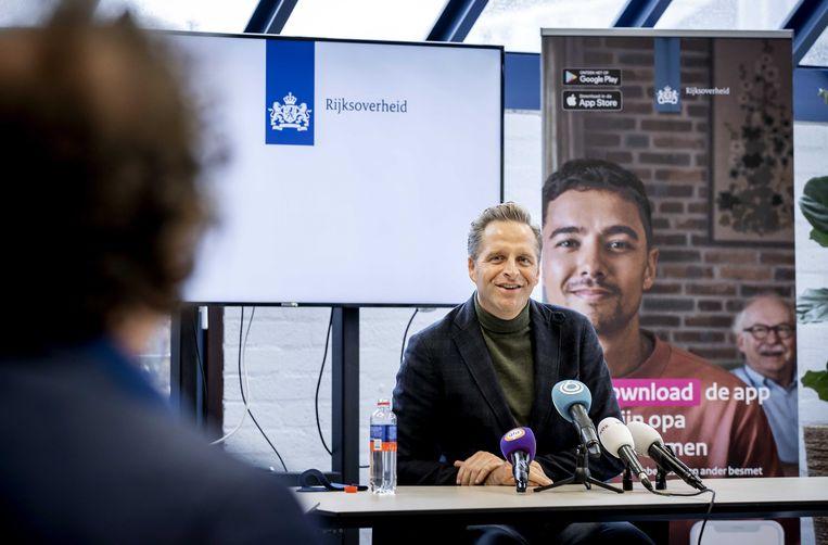 Minister Hugo de Jonge van Volksgezondheid in gesprek met Brenno de Winter tijdens de introductie van de app CoronaMelder.  Beeld ANP