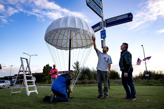 De parachutes op de rotondes in Sint-Oedenrode blijven staan tot 22 september.