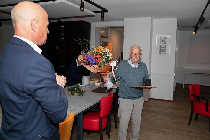 Fried Rijkers krijgt uit handen van wethouder Harrie van Dijk de vrijwilligerspenning van de gemeente Helmond.