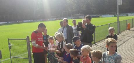 Lozano hervat training bij PSV met ingepakte elleboog