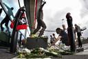Fans leggen bloemen na het dakdrama bij de Grolsch Veste in 2011.