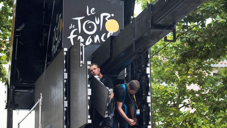 De mannen van Movico bouwen het podium op in Foix, finishplaats van de 13de etappe. Beeld Klaas Jan van der Weij / de Volkskrant