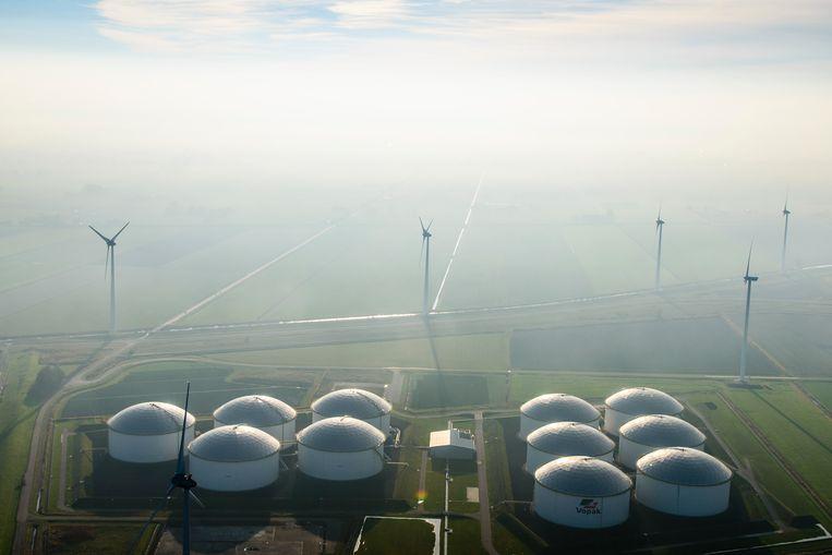 De Vopak-terminal in de Groningse Eemshaven, waar ruwe olie wordt opgeslagen, is omgeven door windmolens. Beeld Hollandse Hoogte / Siebe Swart