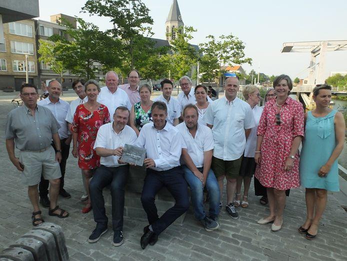 Het comité van de Heilig Bloedprocessie met het stadsbestuur van Deinze.
