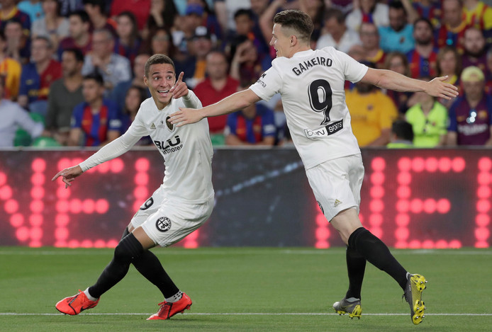 De twee doelpuntenmakers van Valencia: Rodrigo (links) en Kevin Gameiro.