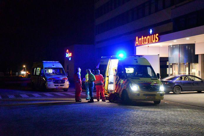 De man werd eerst naar het Antonius Ziekenhuis gebracht in Oostburg en daarna naar Gent, waar hij overleed.