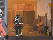 Bestelbus vliegt in brand in garage Alphen