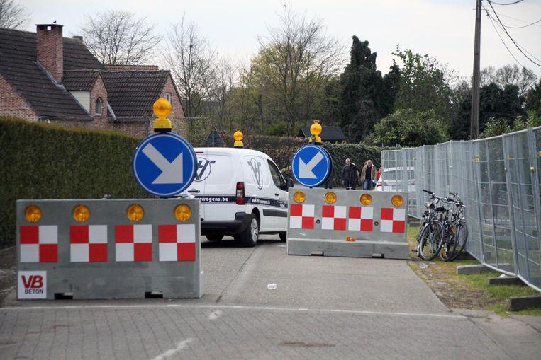 De betonblokken moeten het verkeer afremmen.