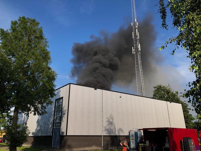 Na een explosie kwam er zwarte rook vrij.