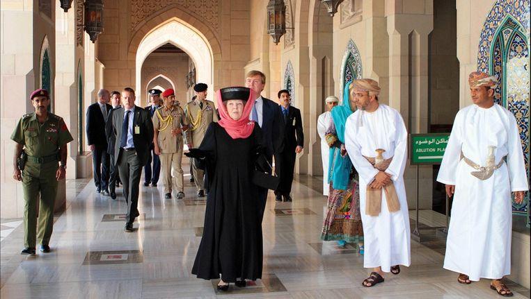 Koningin Beatrix bezoekt een moskee in Muscat, de hoofdstad van Oman. Beeld photo_news
