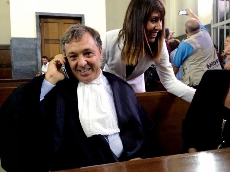 De Italiaanse advocaat Filippo Dinacci telefoneert met zijn cliënt Silvio Berlusconi. Beeld afp