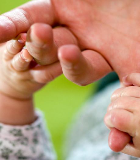 Alphense moeder (22) kneep oogje toe terwijl haar man hun baby beet: rechter legt voorwaardelijke taakstraf op