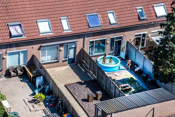In Gelderland en Overijssel komt op een flink aantal plekken minder water uit de kraan, omdat het waterverbruik extreem hoog is.
