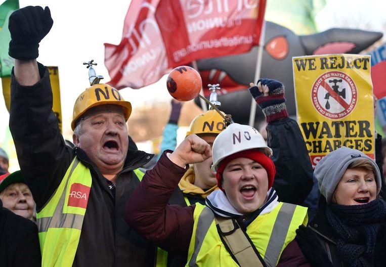 Dublin woensdag. Duizenden Ieren protesteren tegen het regeringsplan om gratis water af te schaffen. Per 1 januari krijgen ze een rekening. Beeld Art Widak / Demotix