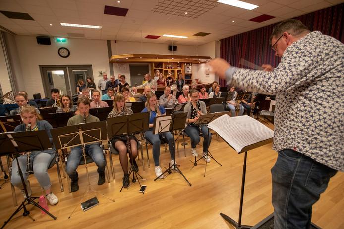 Het Soeriks Muziek Gezelschap zet de laatste puntjes op de i tijdens de repetitie.