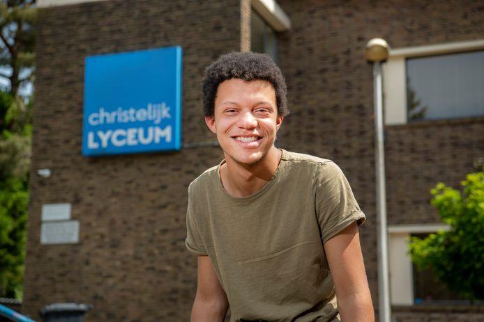 Vwo-leerling Chard van den Berg (17) ging vandaag weer voor het eerst in tien weken naar zijn school, het Christelijk Lyceum in Apeldoorn.
