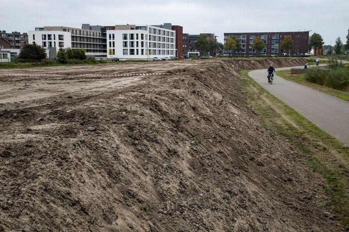 De berg zand zoals die onlangs is gestort bij het Goorlooppark-Noord in Helmond.
