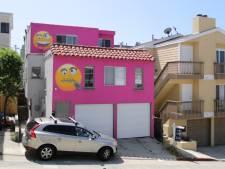 Dit knalroze huis versierd met emoji's is het resultaat van een burenruzie