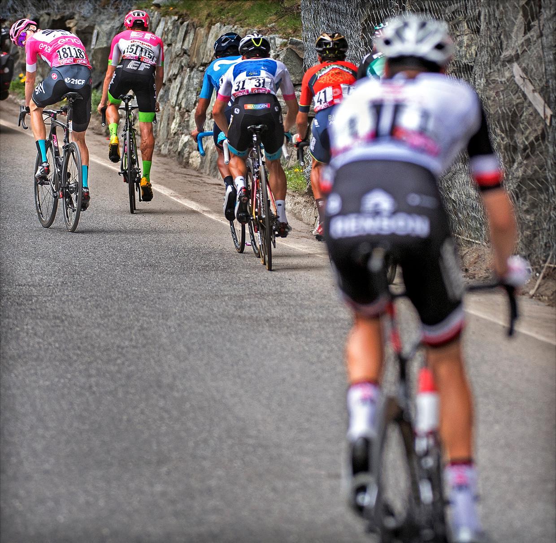 Zaterdag op de Col Saint Pantaleon: Froome rijdt weg van Dumoulin en kijkt nog even naar hem om.