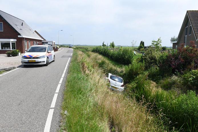 Bij de Meije in Bodegraven is een auto in de sloot beland.