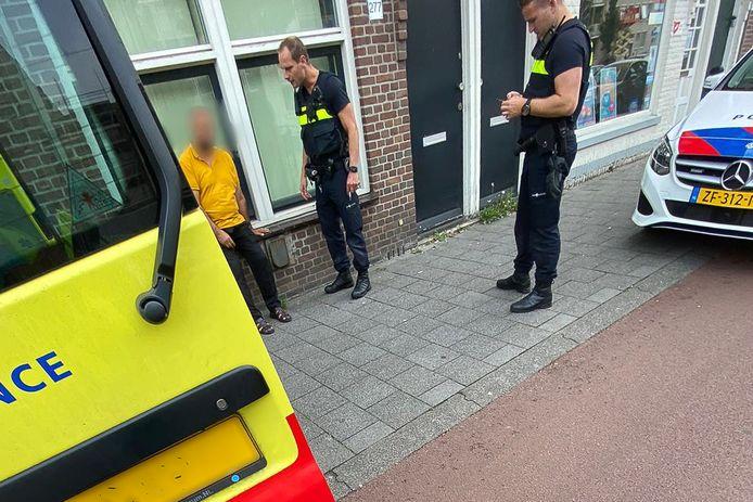 De dronken man wordt aangehouden.
