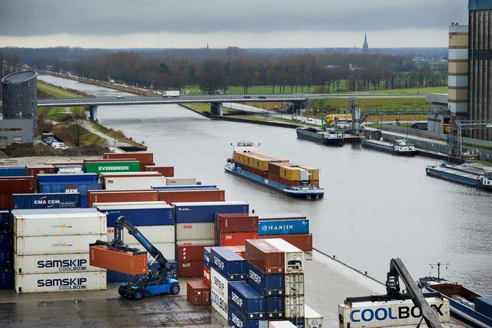 Bij de Inland Terminal in Veghel kunnen schepen in oktober en januari niet terecht. Sluis Schijndel gaat dicht voor groot onderhoud en dat levert stremmingen voor het scheepvaartverkeer op.