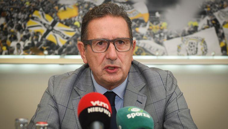 Georges Leekens strak in het pak voor de persconferentie, 'Mac the Knife' begint op Daknam aan zijn derde ambtsperiode.