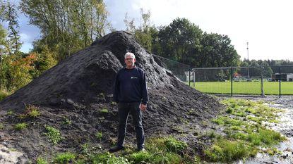 Tuinman steelt twee volle vrachtwagens grond bij voetbalclub