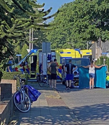 Automobilist schept fietsster in Nijverdal, omstander schermt plek af voor pottenkijkers