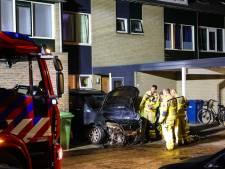 Buurtbewoners bestrijden zelf nachtelijke autobrand met blussers in Apeldoorn