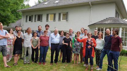 14 gezinnen hokken samen rond villa