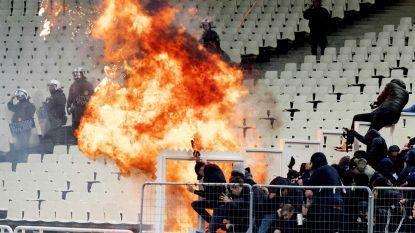 """VIDEO. AEK Athene-fans bekogelen Ajacieden met vuurwerk in stadion, tot jolijt van Anderlecht-verdediger Vranjes: """"Welkom in de hel"""""""
