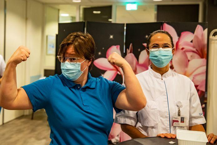 Intensivist Carmen Bles krijgt eerste vaccinatie in het Deventer Ziekenhuis.