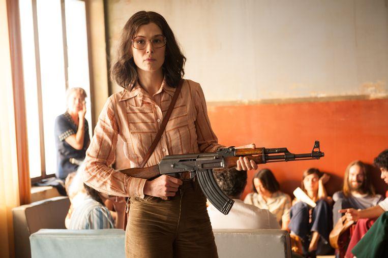 Rosamund Pike als Brigitte Kuhlmann in 7 Days in Entebbe. Beeld