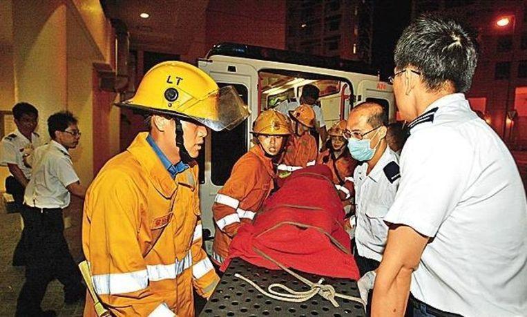 Brandweer en politie sleuren Xing, mét bankzitting, in een ziekenwagen.