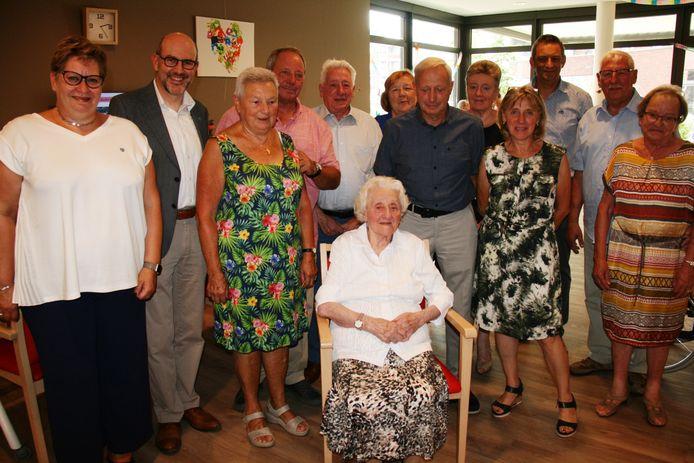 Maria omringd door familie en vrienden.