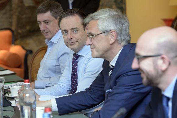 Een beeld van onderhandelaars Jan Jambon (N-VA), Bart De Wever (N-VA), Kris Peeters (CD&V) en Charles Michel (MR) in 2014.