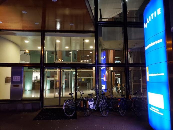 Actiegroep Theater voor Iedereen voerde vrijdagavond overleg met de veiligheidsdiensten op het politiebureau in Zwolle. Het doorgaan van de pietendemonstratie tijdens de intocht van zaterdag is nog altijd ongewis.