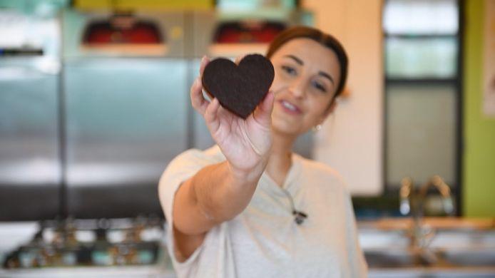 Nina laat haar net gebakken brownie zien.