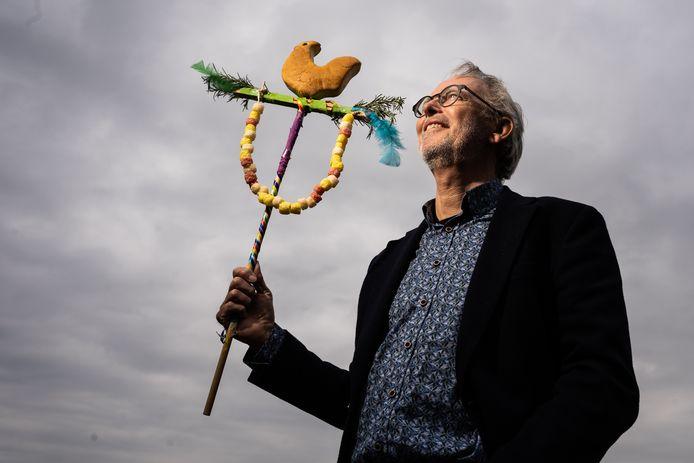 Jeroen Jeroense met Palmpaasstok in de hand. 'Het brengt kleur in deze tijd'.