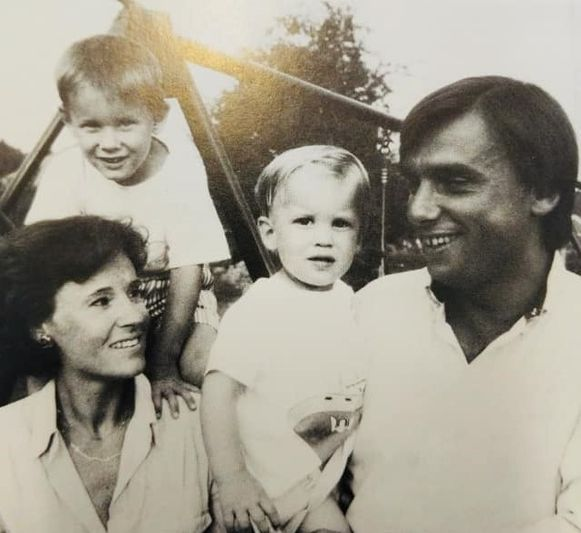 Patrick Dewael met zijn jonge gezin.