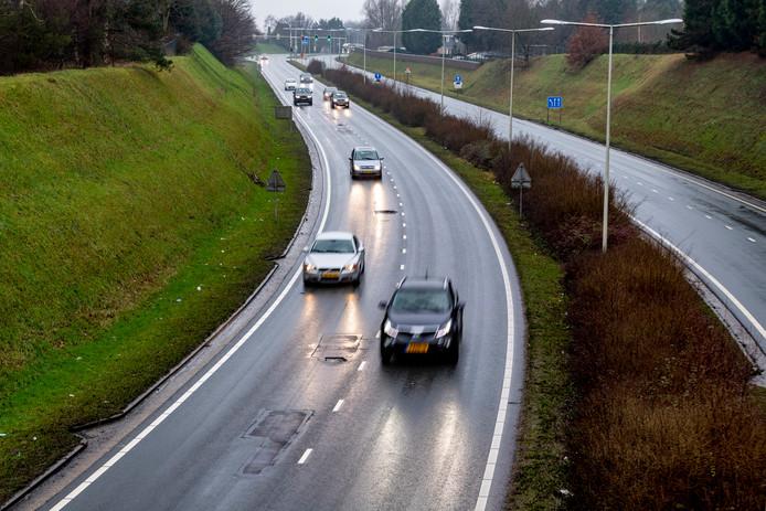 Begin dit jaar liet de gemeente Bergen op Zoom nog noodreparaties uitvoeren om grote gaten in het asfalt van de Randweg-Noord te dichten. Nu blijkt dat het structureel oplossen van het slechte wegdek nog eens 600.000 euro gaat kosten.