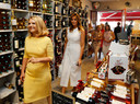 Melania Trump (R) en Malgorzata Tusk (L) proefden ook wijn.